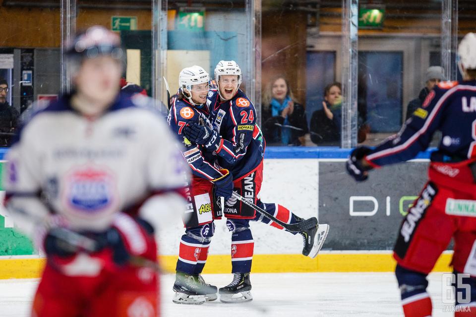 SaPKon ja TUTOn välinen sarja jatkui kuumana. Matias Mutikainen (vas.) iski ottelussa hirmutehot.