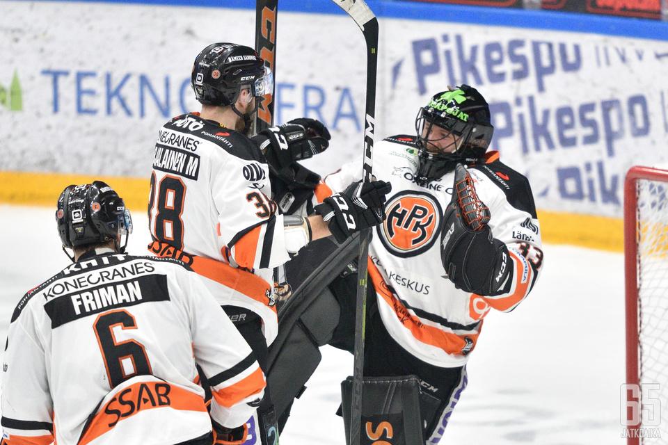 Viime kauden päätteeksi Emil Larmilla ja kumppaneilla oli aihetta tuulettaa.