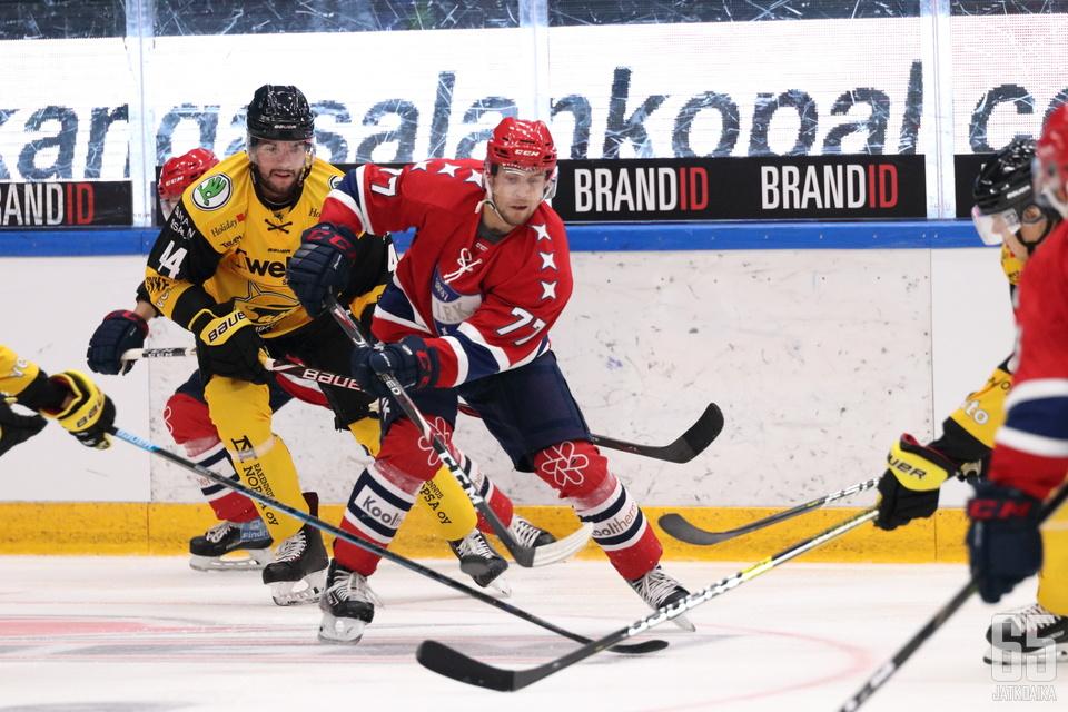 Jokerien kasvatti Turunen esiintyi Hakametsän yleisölle punaisten peliasussa.