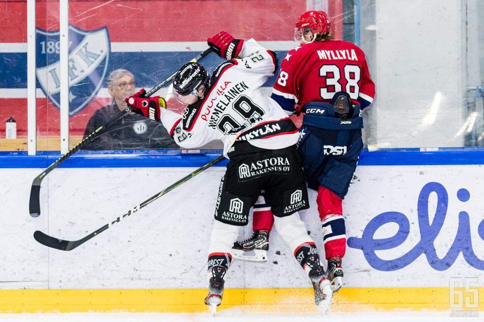 Näitä taklauksia Markus Niemeläinen jakelee Liigassa myös ensi kaudella.