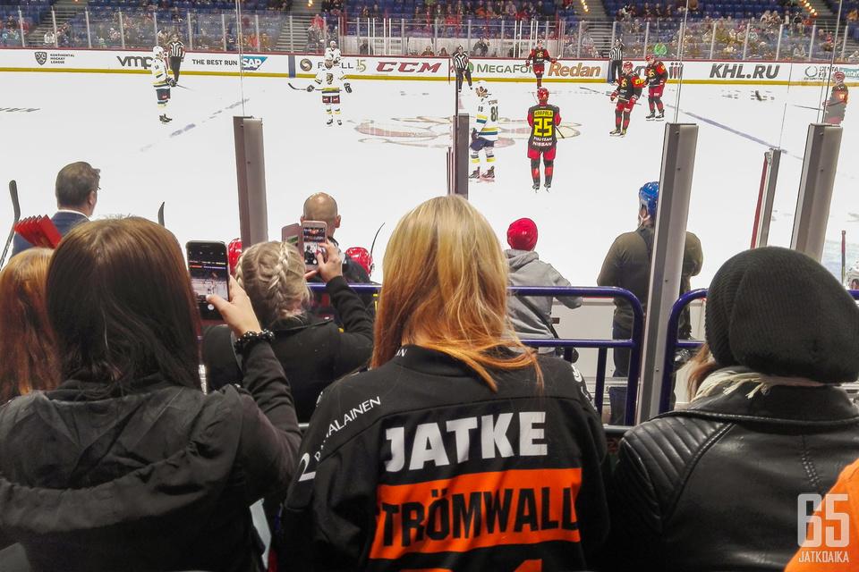 Malte Strömwallin kannattajat Kouvolasta pääsivät näkemään suosikkinsa ensi kertaa KHL-jäällä.