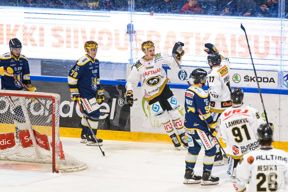 Kärpät juhlivat voittoa Mikkelissä.