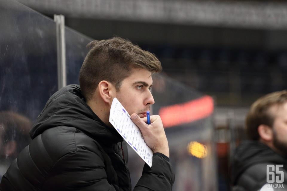 Peliittojen päävalmentaja Vesa Petäjällä riitti pelaajaruljanssin keskellä mietittävää.