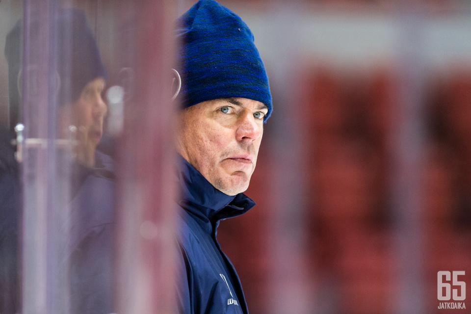 Päävalmentaja Raimo Helminen oli pohdiskelevalla tuulella Venäjä-tappion jälkeen.