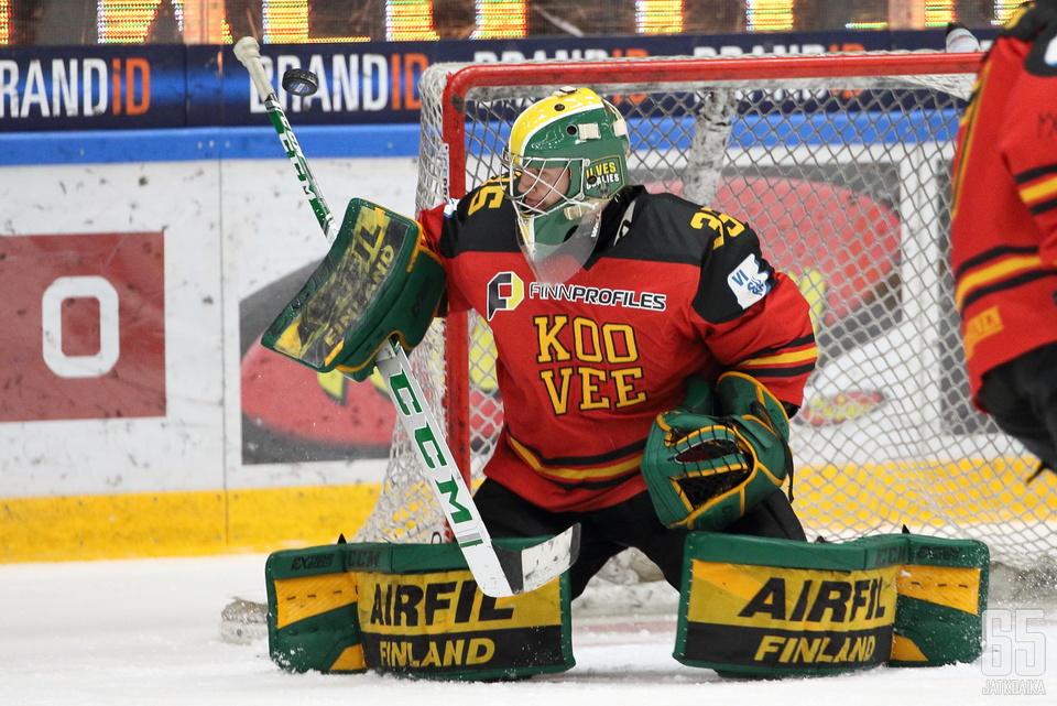 Eetu Mäkiniemi tuli tilkitsemään KOOVEEn maalia.