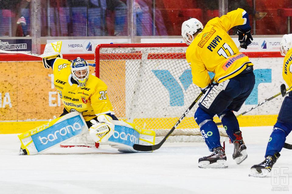 Paavo Hölsä sai venyä kiekon eteen 36 kertaa Iisalmessa IPK:n vietyä ottelun 3−2. (Arkistokuva)
