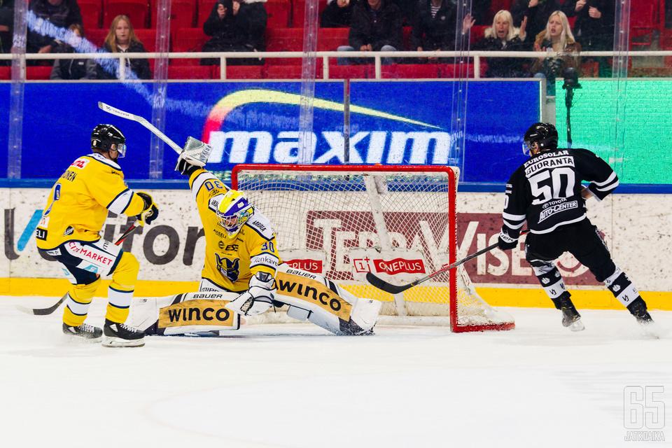 Sami Rajaniemi venyi kerta toisensa jälkeen kiekkojen eteen.