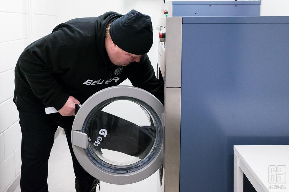 Huoltajien arki ei ole glamourilla pilattu. Pyykit eivät pese itseään millään sarjatasolla.