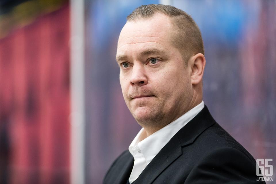Loistavan debyyttikautensa Mestiksen päävalmentaja tehnyt Joni Petrell palkittiin Raimo Määttänen -valmentajapalkinnolla kauden päätteeksi.
