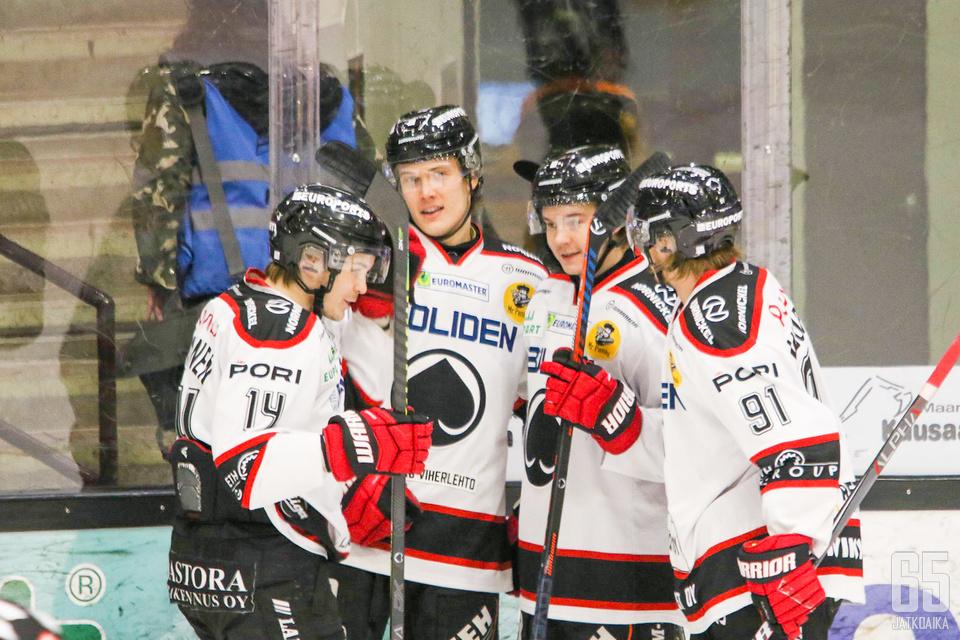 Lenni Killinen täräytti Ässät 1-0 -johtoon viiden minuutin pelaamisen jälkeen.