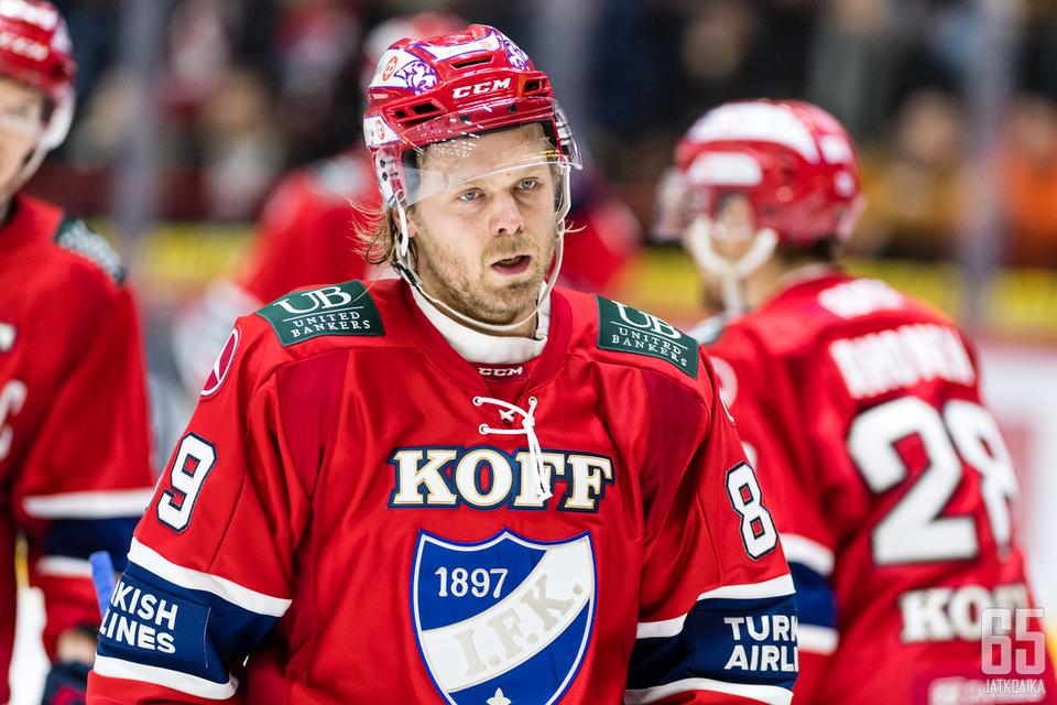 Illan ottelu ei jättänyt hymyä HIFK-pelaajien huulille.