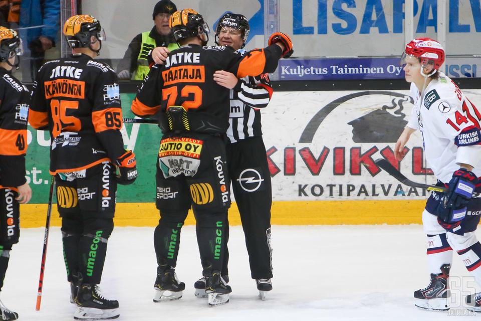 KooKoon ja HIFK:n ottelu päättyi harvinaiseen näkyyn, kun molemmat joukkueet kävivät mies mieheltä halaamassa tuomarinpaidan henkariin ripustavan Jari Levosen.