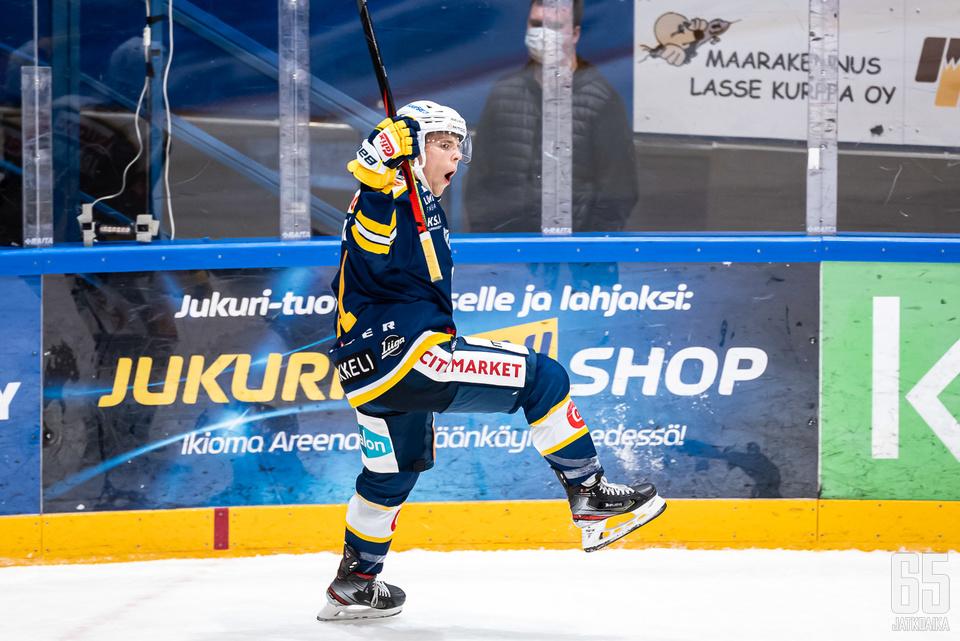Vitali Abramov taiteili kaksi maalia avausottelussaan jukuripaidassa.