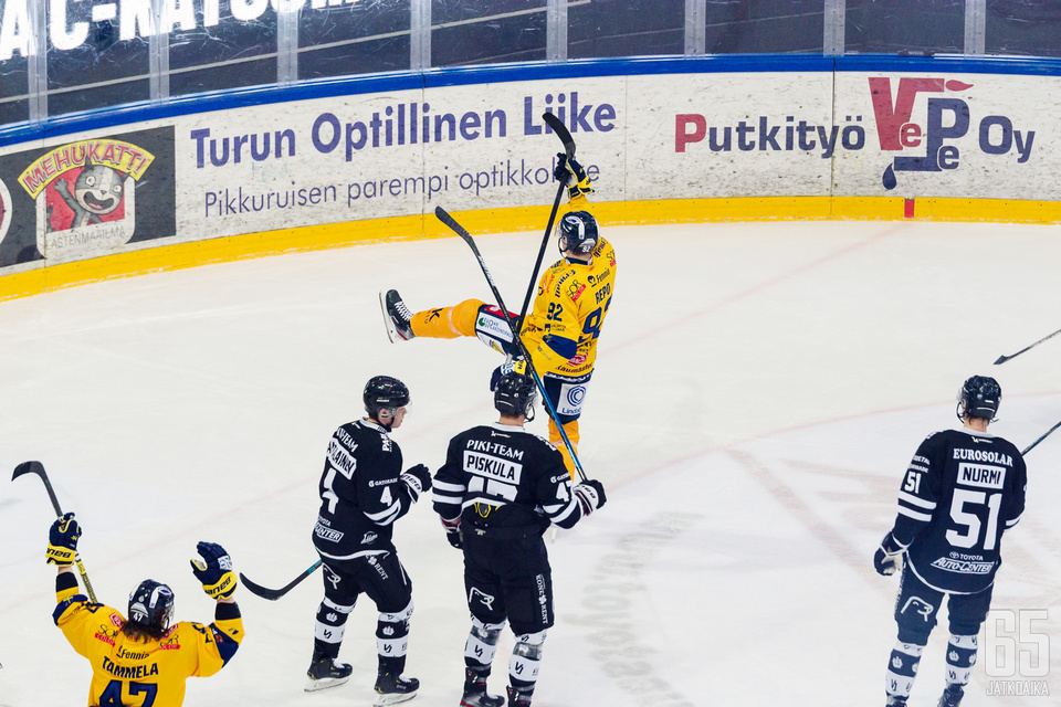 Sebastian Revon laukaus teki pahaa jälkeä Turkuhallissa lauantaina. Repo ampui kaikkiaan kolme maalia, kun Lukko kylvetti TPS:n lukemin 0–5.