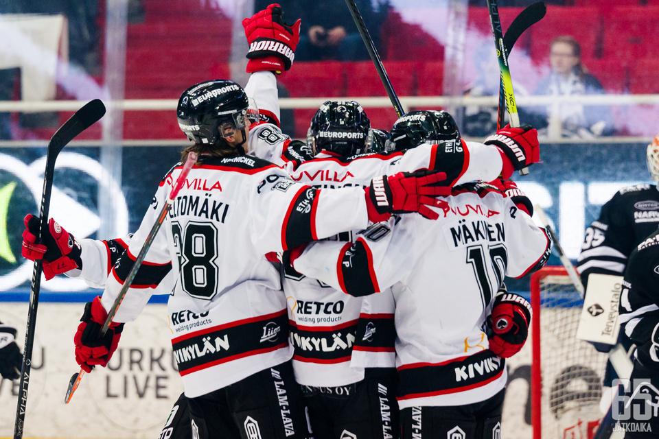 Ässät sai tuulettaa maalia Turkuhallin jäällä peräti viidesti, kun joukkue haki erittäin tärkeät vieraspisteet lukemin 3–5.