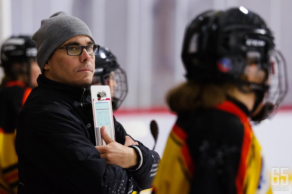 KOOVEEn naisten joukkueen päävalmentaja Petri Kettunen seurasi rauhallisesti pelaajiensa otteita harjoituspelin aikana.