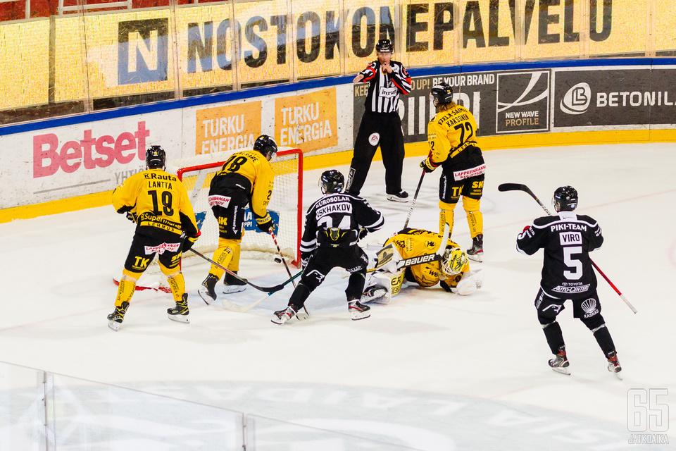 Venäläishyökkääjä Ruslan Iskhakov väläytteli jälleen taiturimaisia otteitaan. Kuvassa venäläinen on juuri veivannut ottelun ratkaisumaalin ohi Niclas Westerholmin.