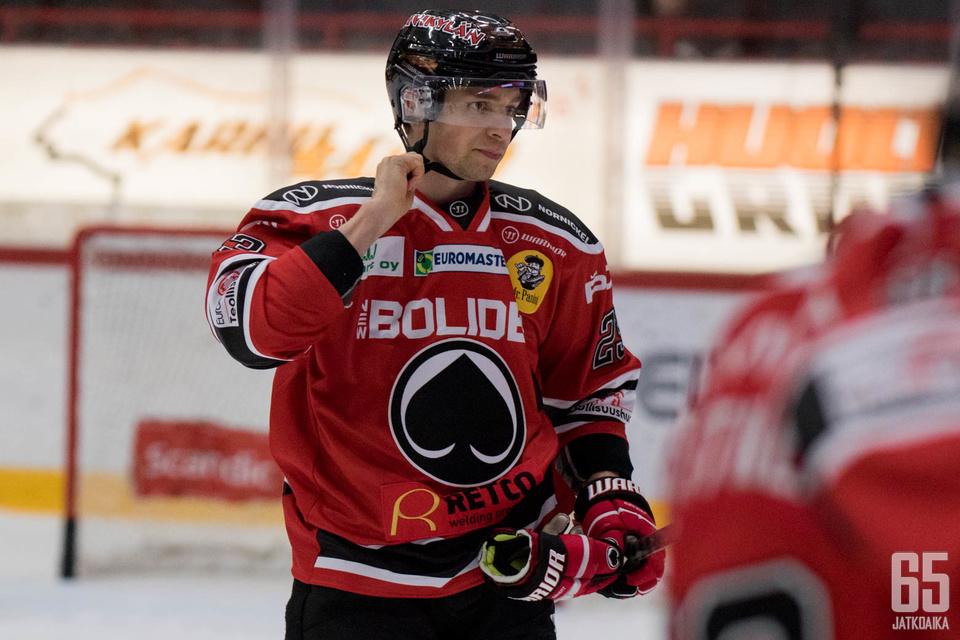 Sakari Salminen ehti pelata tällä kaudella Ässissä 35 ottelua tehoin 10+21=31.