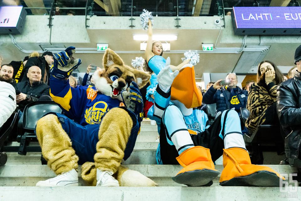Tallinnan iltaottelussa Pelicansin ja Lukon maskotit villitsivät yleisöä muun muassa tanssimalla kilpaa keskiympyrässä.