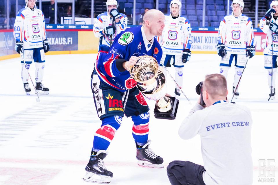 Ketterä-kapteeni Jarno Lippojoki sai nostaa Suomen Cupin voittajajoukkueen pytyn ilmaan.