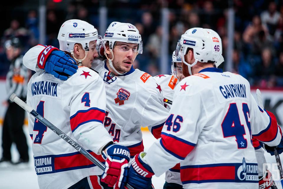Jarno Koskiranta sai juhlia voittoa yhdessä joukkuekavereidensa kanssa Moskovan illassa.