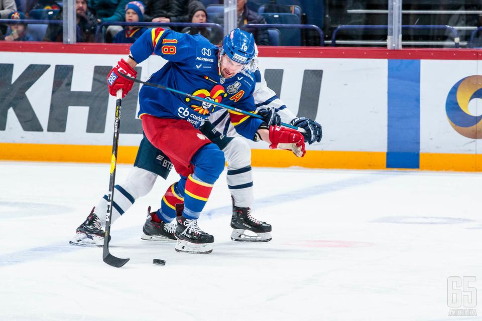 Jokeripuolustaja Sami Lepistö oli keskiviikkona näkyvästi esillä ja sai syöttöpisteen joukkueensa avausmaaliin.