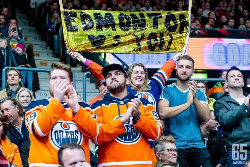 Paikan päälle oli saapunut sankoin joukoin Edmonton Oilersin kannattajia.