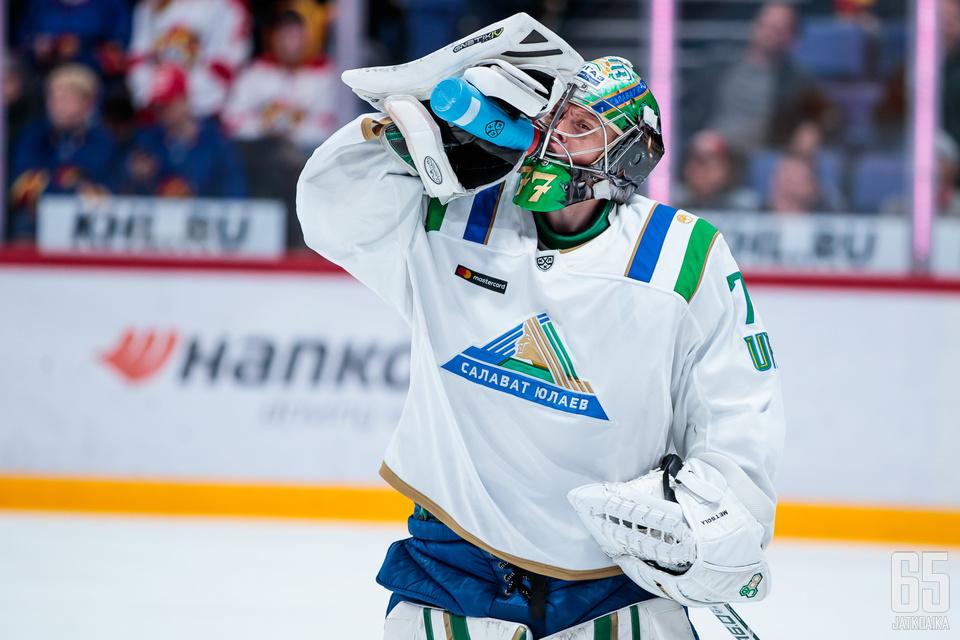 Juha Metsola ottaa hörppyjä pullosta seuraavan kerran KHL:n pudotuspelien toisella kierroksella.