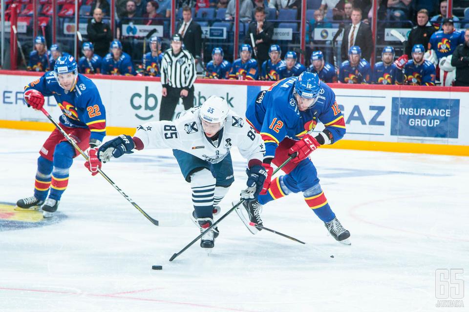 Anttila kurotti ulottuvana pelaajana kiekkoon perjantai-illan kotiottelussa.