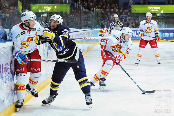 Markus Hännikäinen (#15) esiintyi edukseen Riku Hahlin laidalla.
