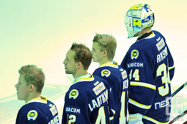 Edesmennyt Espoo Blues käytti Kiekko-Espoon ikonista logoa pelipaidoissaan.