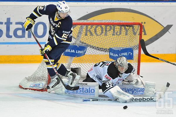 Liigassa Miettinen on edustanut Bluesia ja TPS:ää.
