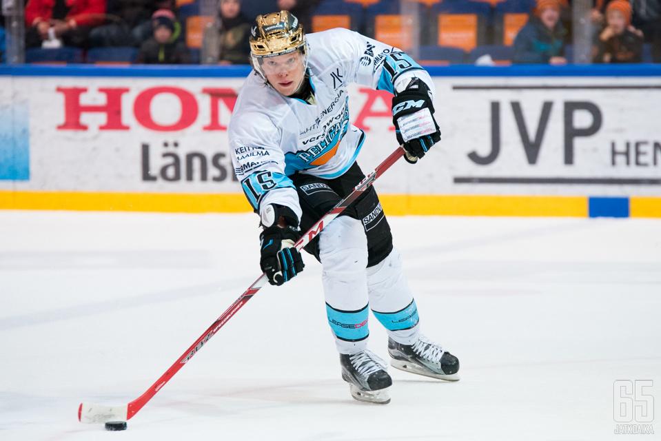 Vili Sopanen kantoi viime kaudella Pelicansin kultaista kypärää.