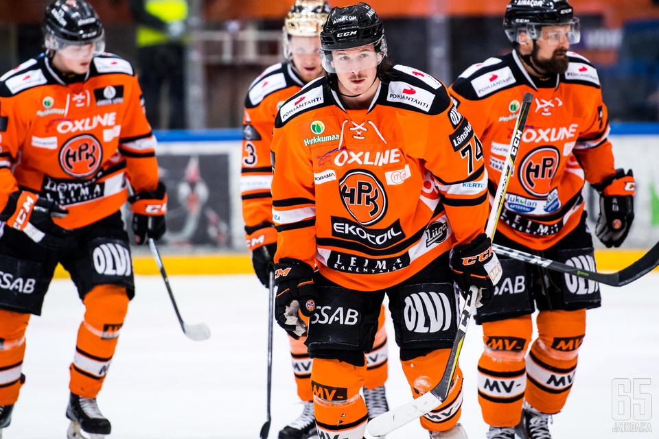 Petteri Nikkilä (keskellä) lähtee kauteen HPK:n ykköspakkina.