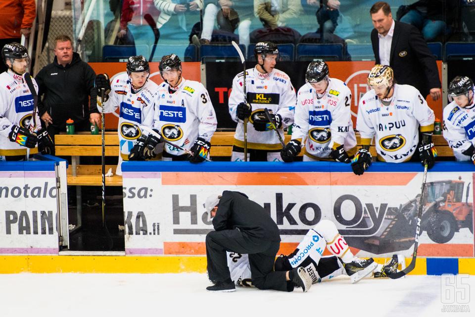 HPK:n ja Kärppien otteluissa on pelaajia pudonnut pois joko ulosajon tai loukkaantumisen vuoksi.