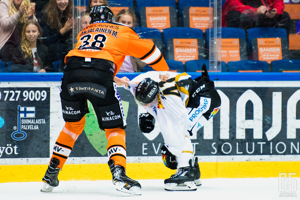 Miro Karjalainen sai pelikieltoa tappelusta Jari Sailion kanssa.