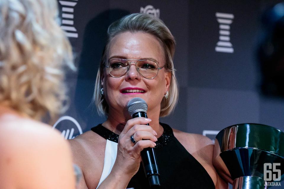 Äiti Christa Grönlund kävi hakemassa Vuoden esikuva -palkinnon poikansa Kevin Lankisen puolesta.