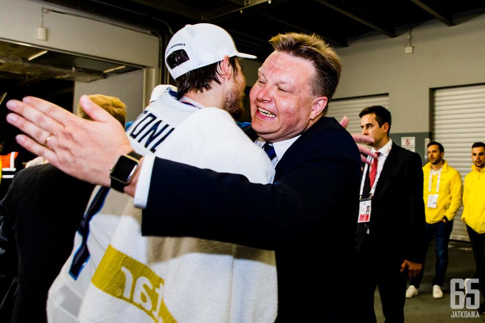 Harri Nummela onnittelee tuoretta maailmanmestaria.