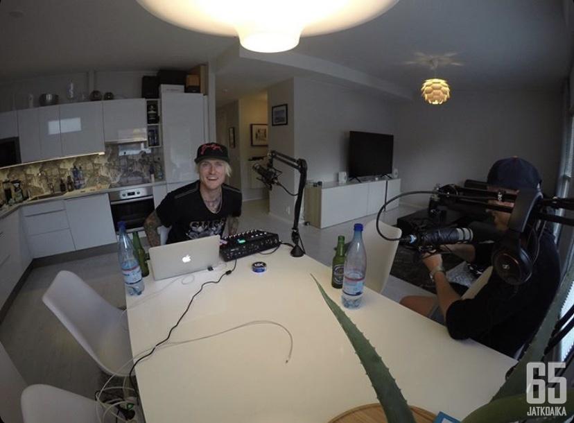 Puun takaa -podcastin jaksot nauhoitetaan kotioloissa.