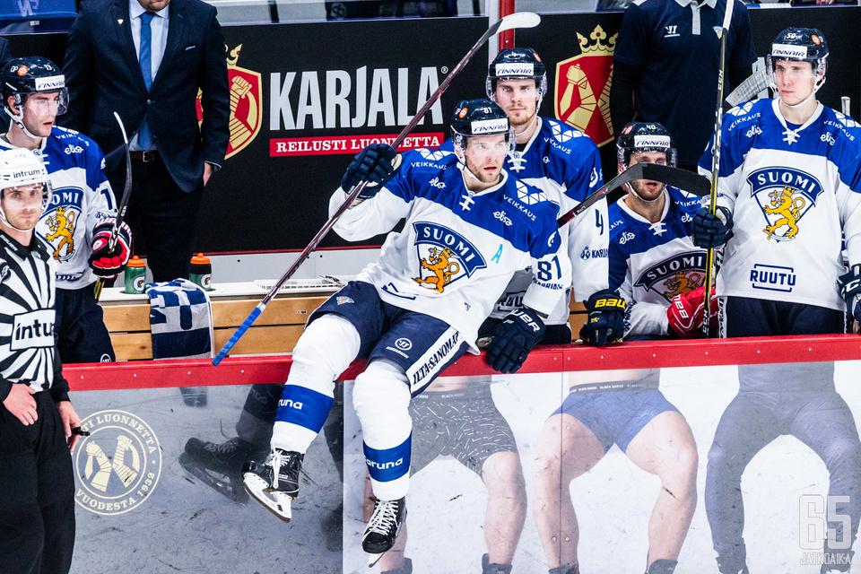Iiro Pakarinen hyppäsi kaukaloon myös Suomen pelatessa kuudella kenttäpelaajalla.