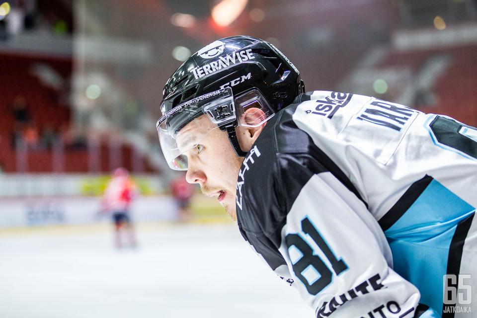 Taavi Vartiainen ei mustelmilta säästynyt illan ottelussa.