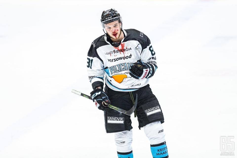 Kauden ensimmäiseen pelikieltoon johtaneessa tappelussa mukana ollut Taavi Vartiainen tunnetaan värikkäästä pelityylistä.