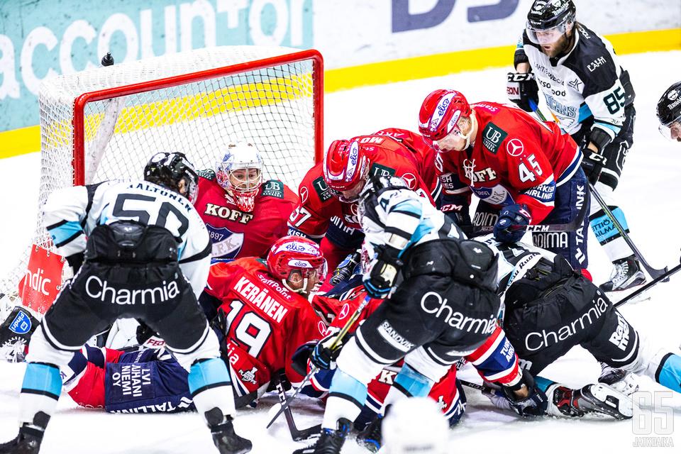 Jesse Saarinen (oikealla) toivoi kiekon käyneen HIFK:n maalissa.