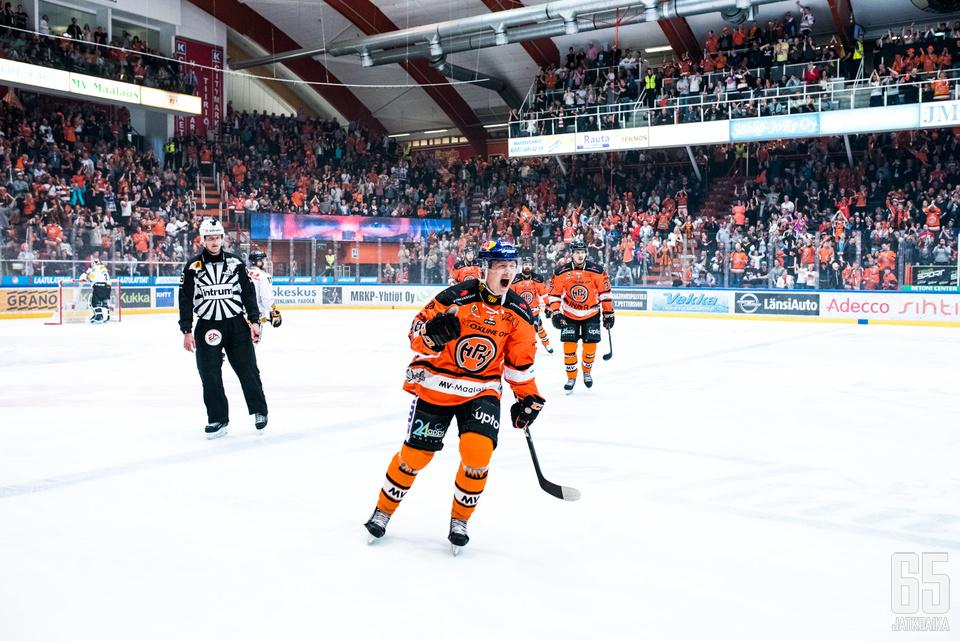 Valtteri Puustinen sai huudattaa kotiyleisöä ottelun alussa.