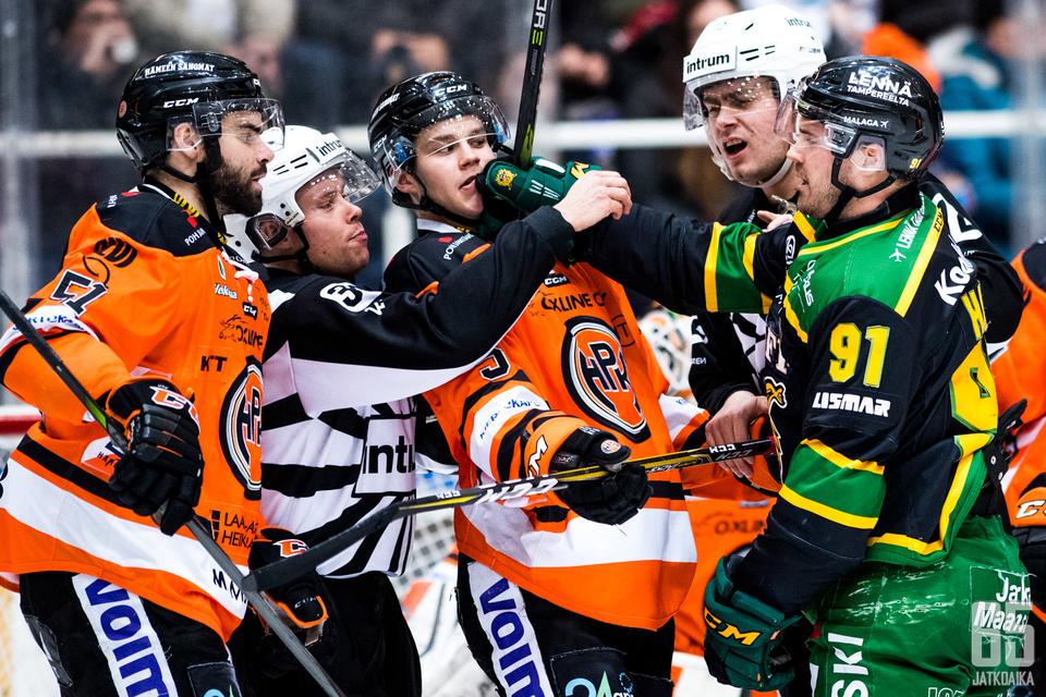 Vaikka Ilves voittikin ottelun, joutui Mike Halmo lusimaan avauserässä kahdesti liikaa pelaajia jäällä -jäähyn kärsijänä.