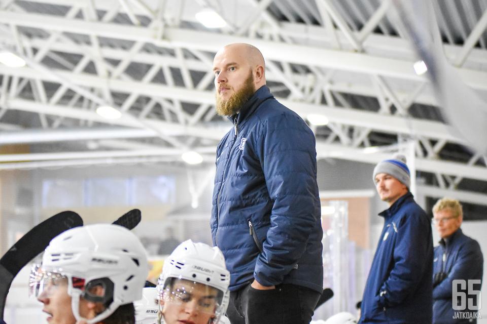 Niko Eronen debytoi päävalmentajana Mestiksessä.