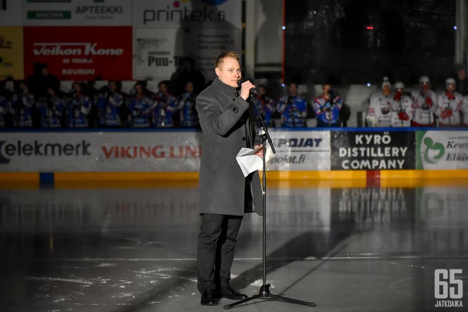 Taneli Maasalo piti tunteikkaan puheen ennen ottelua.