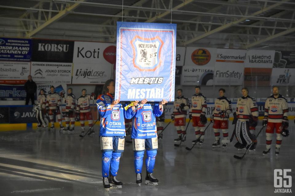 Mestaruusviiri nousi kattoon ennen ottelua.
