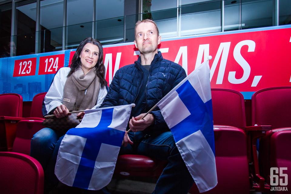 Sari ja Hannu Mattila nauttivat Suomen peleistä paikan päällä Montrealissa. Sari uskoo, että tunnelma on huipussaan, kunhan Kanada saapuu Montrealiin ja halli täyttyy.