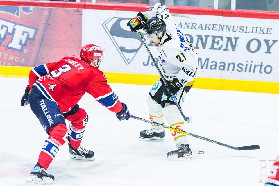 Kärppien Otto Karvinen (oik.) pelasi pelikiellosta huolimatta.